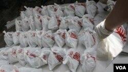 Tas-tas yang berisi mayat janin yang ditemukan di kuil Budha di Bangkok, hari Jumat 19 November 2010.