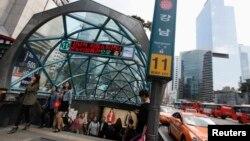 서울 강남 지하철역 입구. (자료사진)