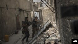 نیرو های عراقی کوچه به کوچۀ شهر کهنۀ موصل را از وجود داعشیان تصفیه میکنند