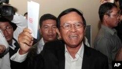 Chủ tịch Dảng Cứu quốc Campuchia Kem Sokha bỏ phiếu trong cuộc bầu cử địa phương tại Chak Angre Leu ngoại ô Phnom Penh ngày 4/6/2017.