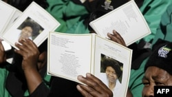 Những người tham dự tang lễ của bà Albertina Sisulu tại Soweto, Nam Phi, ngày 11 tháng 6, 2011