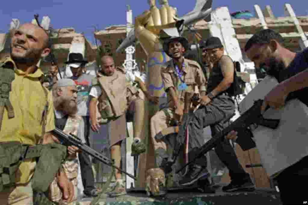 شورشیان محوطه اقامت قذافی را به تصرف شان در آوردند