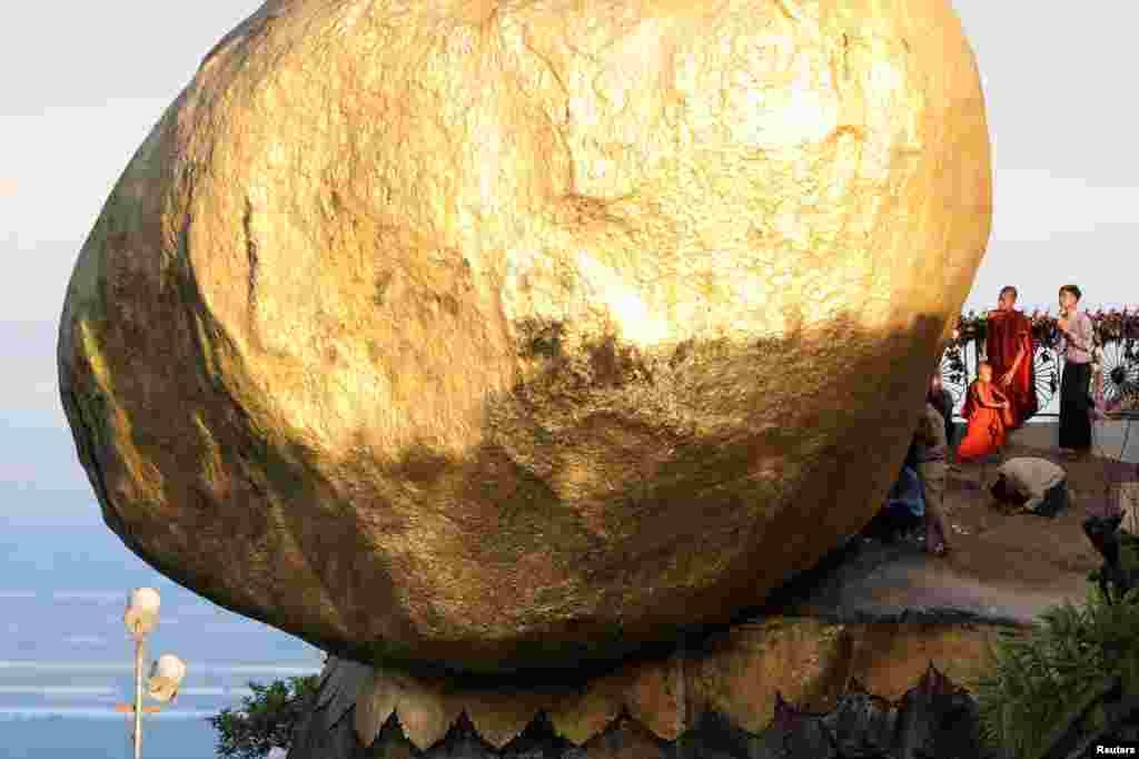 گوی طلایی واقع در لبه پرتگاهی در میانمار؛ عبادتگاهی برای بوداییان