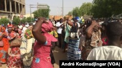 Les femmes syndicalistes devant leur quartier général, N'Djamena, 30 mai 2018. (VOA/André Kodmadjingar)