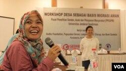 Pelatihan perangkat desa Cilacap dan Banyumas di Jawa Tengah untuk pencegahan perdagangan perempuan buruh migran. (Foto: VOA/Nurhadi).
