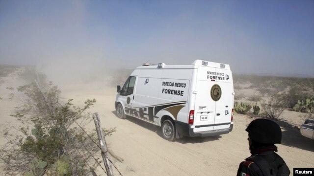 Los cuerpos de las víctimas fueron trasladados por la policía forense para ser examinados e identificados.