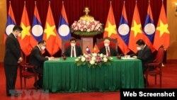Tổng bí thư, Chủ tịch nước Lào Thongloun Sisoulith và Tổng Bí thư Việt Nam Nguyễn Phú Trọng đã chứng kiến việc ký kết các văn kiện hợp tác hôm 28/6/2021. Photo Bao Quoc te