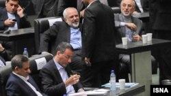 محمد جواد ظریف، وزیر امور خارجه و تعدادی از اعضای دولت، وزیر علوم را همراهی کردند