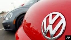 辆甲壳虫汽车上的大众标志(2012年2月 资料照片)