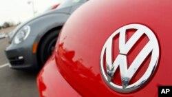 Logo Volkswagen pada model Beetle 2012 di Littleton, Colorado.