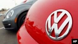 Logo Volkswagen pada model Beetle.