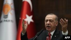 Prezidan Peyi Tiki e lidè Pati Jistis ak Devlopman (AK), Recep Tayyip Erdogan, ki t ap fè yon diskou pandan dewoulman yon rankont reprezantan pati a nan palman nan Gran Asanble Nasyonal Tiki a nan Ankara, madi 5 fevriye 2019 la.