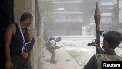 Sirijski pobunjenici tokom borbi u četvrti Salahedin, u opkoljenom Alepu