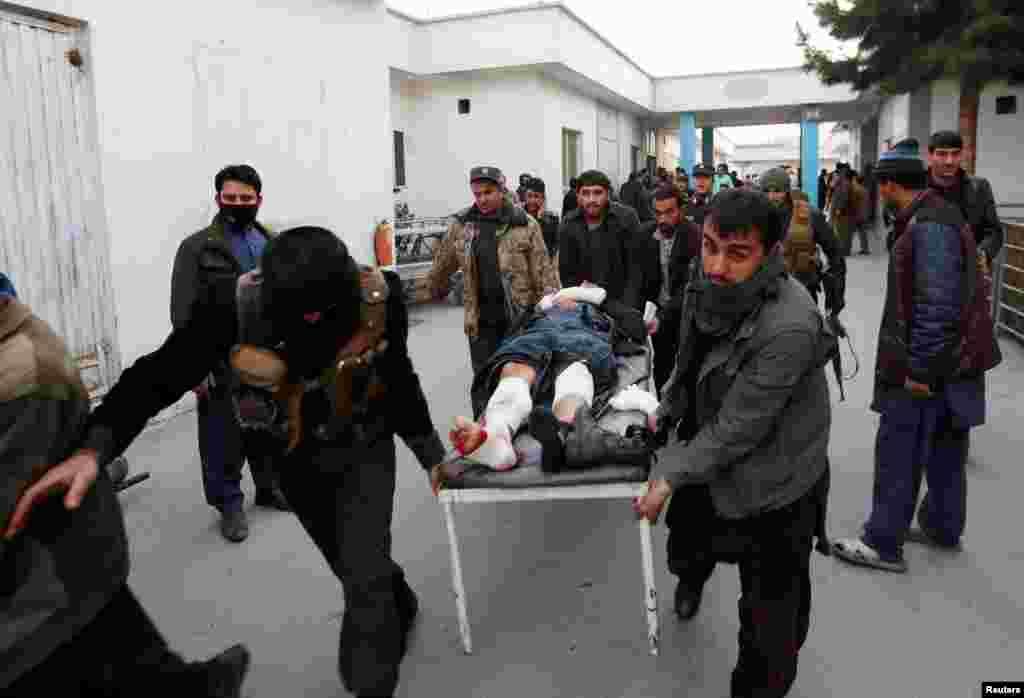 مجروح شدن یک مهاجم حمله انتحاری در کابل، پایتختافغانستان. در اثر انفجار دو بمب در کابل، ۳۸ نفر جان خود را از دست داده و ده ها نفر دیگر زخمی شدند.