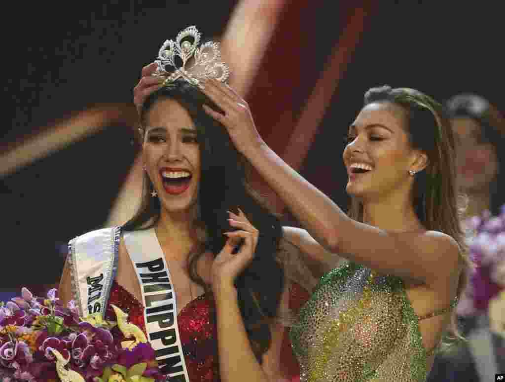 Catriona Gray das Filipinas, à esquerda, recebe a coroa da Miss Universo 2018 pelas mãos da Miss Universo 2017, a sul-africana Demi-Leigh Nel-Peters em Banguecoque, Tailândia, Dez. 16, 2018.