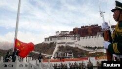 中国军队在西藏拉萨布达拉宫前举行升旗仪式 (资料照片)