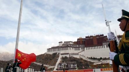 中国武警在拉萨升旗典礼上敬礼。(资料照片)