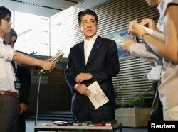 日本首相安倍晉三(圖)8月29日與美國總統川普同電話後在官邸對記者發表講話。