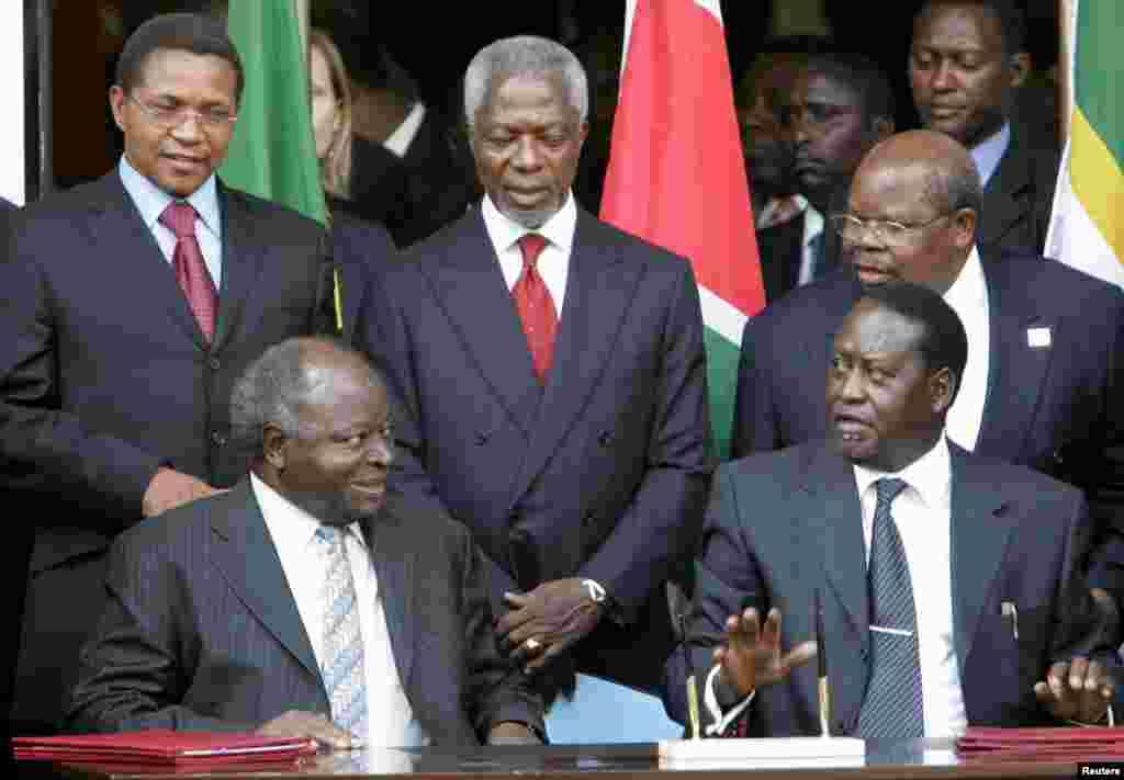 Rais Kibaki na kiongozi wa upinzani Odinga waqtia saini makubaliano ya kugawana madaraka Februari 28, 2008.