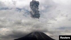 Gunung Sinabung menyemburkan asap hitam dan abu tebal terlihat dari wilayah desa Simpang Empat di distrik Karo, Sumatera Utara, 5 November 2013 (Foto: dok).