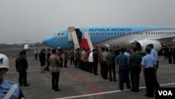 Pesawat kenegaraan bersiap mengantar Presiden Joko Widodo dalam kunjungan ke Timur Tengah (11/9). (VOA/Andylala Waluyo)