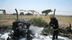 یک مامور آتش نشانی در صحنه انفجار خودرویی در کرکوک (۲۹۰ کیلومتری بغداد). ۲۳ مه ۲۰۱۱