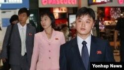 22일부터 광주에서 열리는 UN 청년 리더십 프로그램에 참가하는 북한 청소년과 인솔자들이 21일 인천국제공항을 통해 입국하고 있다.