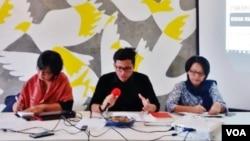 Direktur Eksekutif Amnesty International Indonesia, Usman Hamid (tengah). (Foto: Fathiyah/VOA)