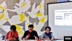 Direktur Eksekutif Amnesty International Indonesia, Usman Hamid (tengah) menjelaskan kinerja HAM pemerintahan Joko Widodo-Jusuf Kalla selama tiga tahun di kantornya, Kamis (20/10). (Fathiyah/VOA)
