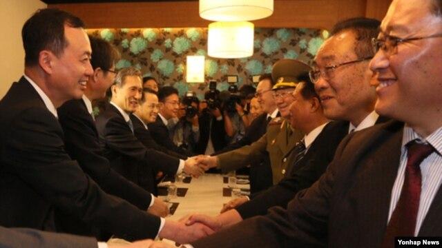 인천 아시안게임 폐막식을 계기로 만난 남북 고위급 인사들이 악수하고 있다.