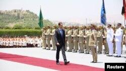 Trước buổi lễ tuyên thệ, ông Assad đã đi trên thảm đỏ để duyệt hàng quân danh dự và được các đại biểu quốc hội chào đón tung hô khi bước vào tòa nhà, ngày 16/7/2014.