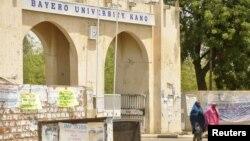 Salah satu gerbang universitas Bayero di Kano, Nigeria (29/4). Kelompok bersenjata menewaskan sedikitnya 15 orang dan melukai 22 orang lainnya di ruang serbaguna universitas itu saat sedang digunakan untuk kebaktian umat Kristen, Minggu lalu.