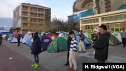 Des milliers de réfugiés vivent dans des tentes au port du Pirée, à Athènes en Grèce, le 17 Mars 2016.