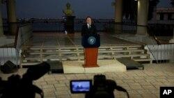El presidente panameño, Juan Carlos Varela, pronunció su discurso en la televisión con el busto del héroe de la independencia latinoamericana Simón Bolívar en el fondo.