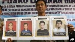 Juru bicara kepolisian Sumatera Utara, Kol. Raden Heru Prakoso menunjukkan foto 4 orang buron berbahaya yang kabur dari Lapas Tanjung Gusta (16/7).