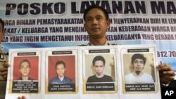 Phát ngôn viên cảnh sát Bắc Sumatra, ông Raden Heru Prakoso, đưa hình bốn người bị buộc tội khủng bố, nằm trong số 200 tù nhân vượt ngục khỏi nhà tù Tanjung Gusta 16/7/2013. (Ảnh: AP)