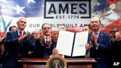 Los decretos son para ordenar al Departamento de Comercio, además revisar y hacer un estudio de los acuerdos comerciales de la nación.