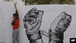 一名12月17日被释放的巴勒斯坦囚犯的亲戚在他返回之前把街道装饰起来
