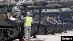 Tentara AS memeriksa tank Abrams M1A1 (foto: dok). Tanks Abrams M1A1 efektif dalam pertempuran melawan militan ISIS di kota Hit, Irak.