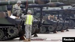 한국 칠곡에서 실시된 군사 훈련에서 M1A1 탱크를 점검하고 있는 미군 병사들. (자료사진)