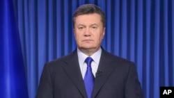 Preiden Ukraina Viktor Yanukovych saat menyampaikan pidato kenegaraan yang ditayangkan melalui televisi di Kyiv, Ukraina, Rabu pagi (19/2).