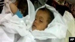 Foto dari Sham News Network memperlihatkan jenazah anak-anak Suriah korban pembantaian di Mazraat al-Qubair, Hama (7/6).