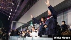 마이크 펜스 미국 부통령과 부인 캐런 여사가 지난 8일 평창 동계올림픽 개회식에 참석했다. 당시 펜스 부통령은 김여정 노동당 선전선동부 부부장 등 북한 대표단과 만날 예정이었지만, 북한 측의 취소로 무산됐다.