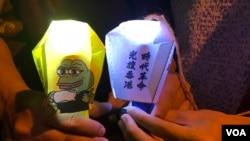 """參與""""9-13太平山香港之路""""人鏈的市民,手持印有反送中運動Pepe青蛙及標語的小天燈。(美國之音 湯惠芸拍攝)"""