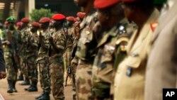 Des militaires de l'armée centrafricaines à Bangui, 5 février 2014.