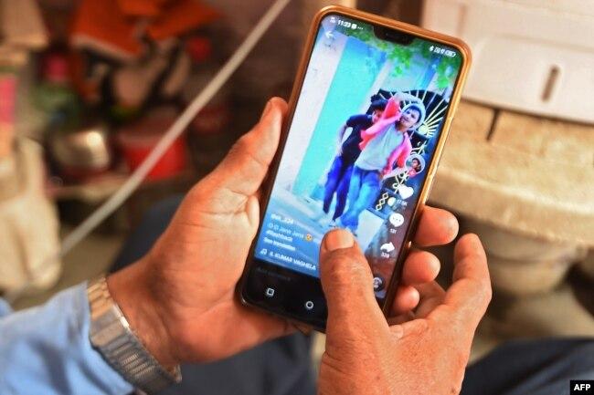 بھارت میں وٹس ایپ پیغام رسانی کا ایک بڑا ذریعہ ہے۔ ملک میں اس کے صارفین کی تعداد 40 کروڑ کے لگ بھگ ہے۔