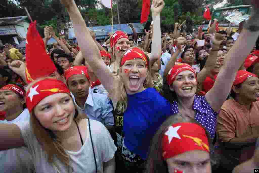4月1日在仰光缅甸全国民主联盟的总部前,选举结果在屏幕上显示出来时,昂山素季的支持者们高声欢呼