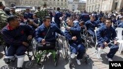 Soldados colombianos lesionados por minas participan en una protesta en Bogotá.