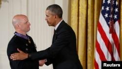 奧巴馬為其中一名來自紐約的警察授予勇氣勳章