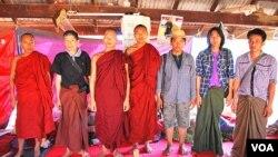 缅甸蒙育瓦,抗议中国投资莱比塘铜矿的组织者和参与者们,其中一位僧人被警察投掷的磷弹烧伤。(美国之音朱诺拍摄,2013年2月26日)